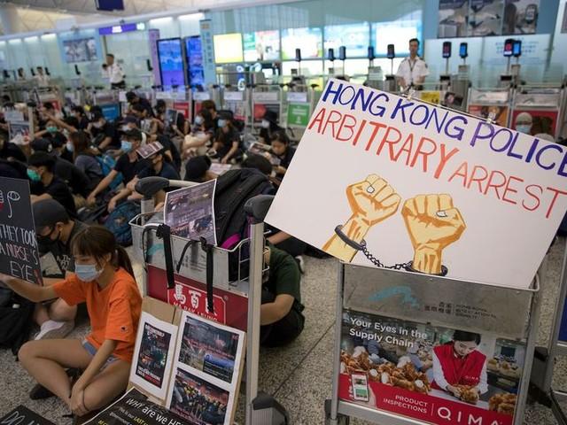 Demonstranten leggen vliegveld Hongkong wederom plat