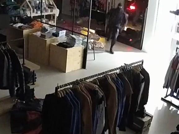 Ramkrakers roven in één minuut kinderkledingwinkel leeg [VIDEO]