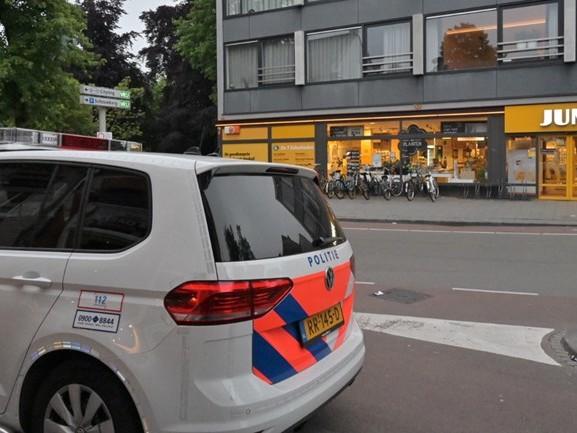 Overvallers mishandelen medewerker van Jumbo in Tilburg
