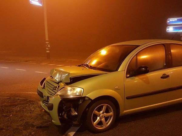 Auto botst tegen verkeerslicht in Hengelo in mistige nacht