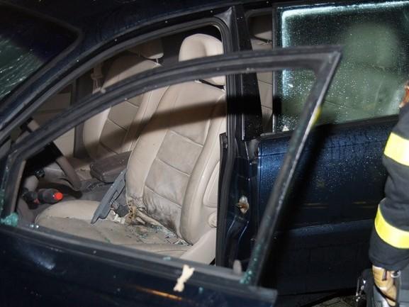Auto zwaar beschadigd door knalvuurwerk, voorruit aan diggelen