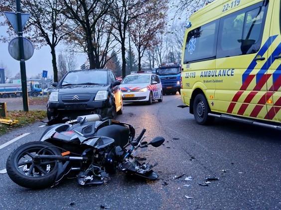 Scooterrijdster gewond na aanrijding met auto in Hapert
