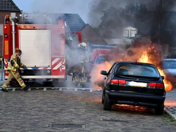 Auto zwaar beschadigd na brand in Vroomshoop