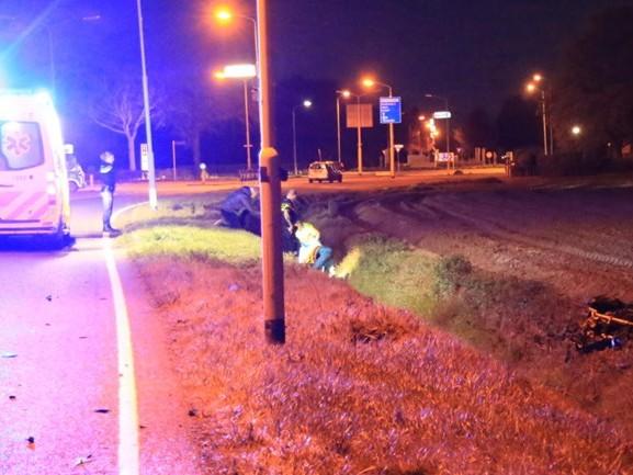 Motorrijder belandt in sloot na botsing met auto en raakt ernstig gewond