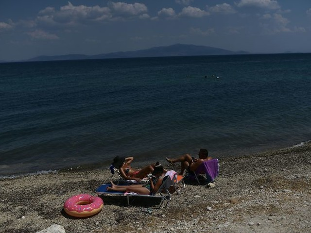 Lesbos blijft ontredderd achter