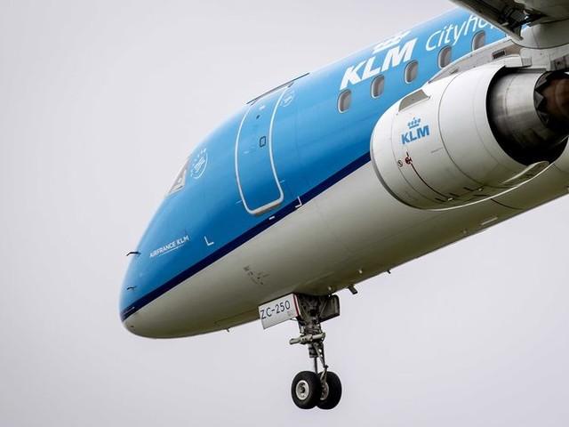 Hoekstra trekt handen af van KLM, tenzij vakbonden tekenen voor langere loonoffers