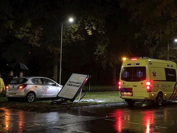 Auto botst tegen reclamezuil in Oldenzaal