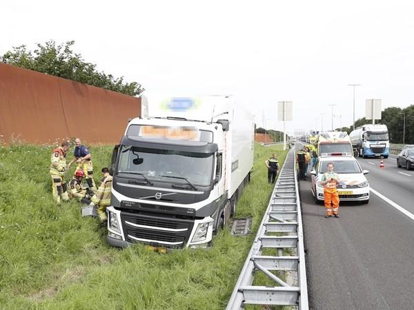 Vrachtwagen schiet van A28 in Zwolle, chauffeur met de schrik vrij
