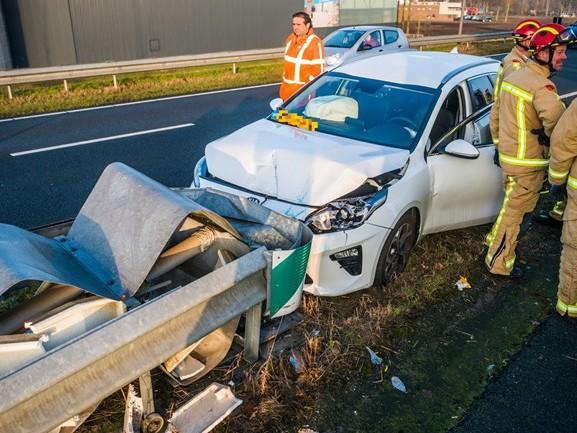 Auto botst frontaal op vangrail bij splitsing A50 Eindhoven, automobilist gewond