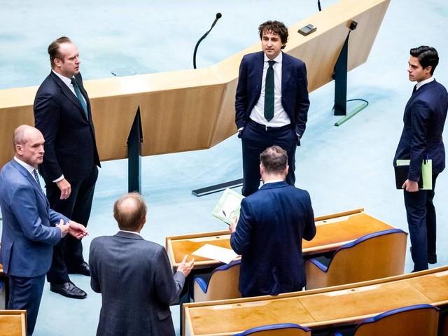Coronanieuws: Kamer debatteert over avondklok, D66 wil een later tijdstip