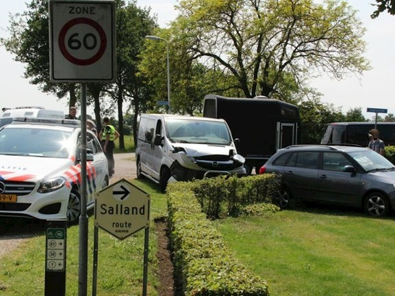 Bedrijfsbus en auto botsen tegen elkaar in Wijhe