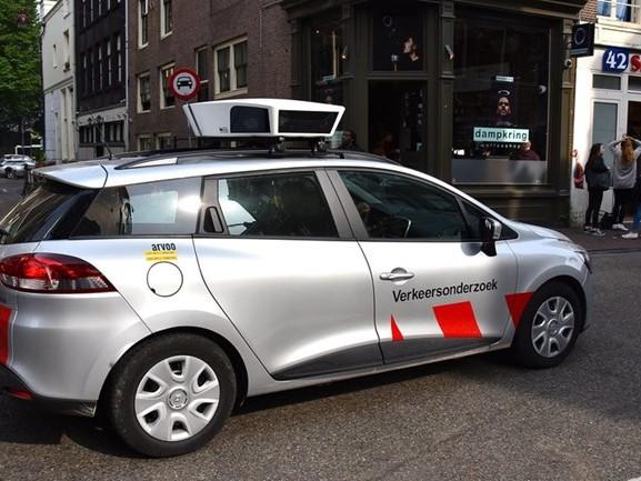 Gemeenten lopen warm voor scanauto die werk uit handen neemt van de parkeerwachter