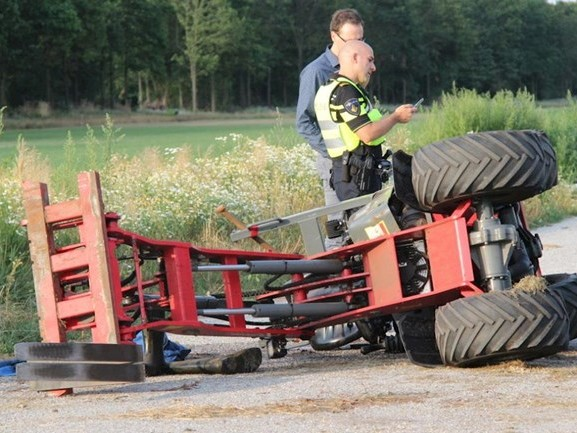 Minishovel kantelt: bestuurder belandt onder voertuig
