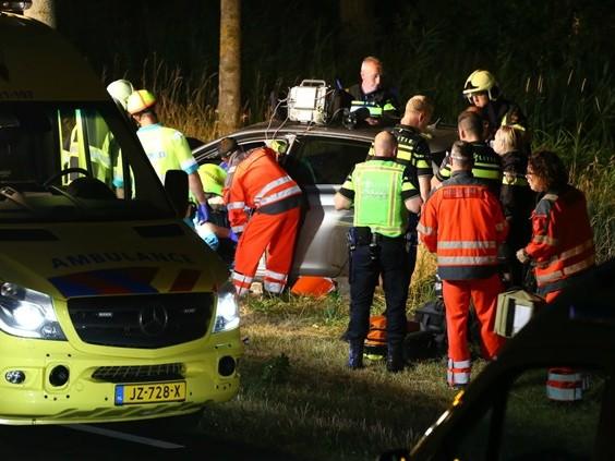 Auto botst tegen boom, bestuurder naar ziekenhuis