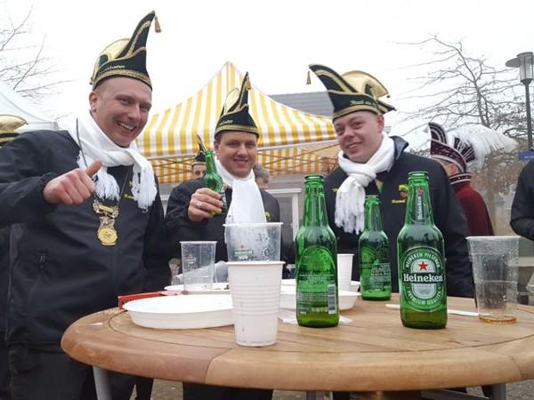 Carnavalsvierders Boskamp om zeven uur vanochtend aan het barbecuevlees