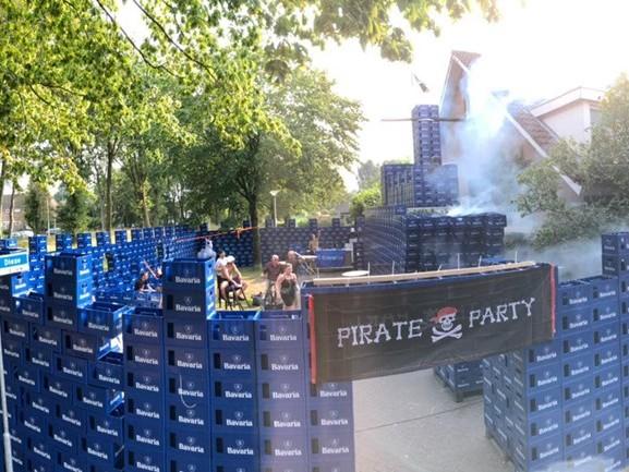 Bob (24) teistert ouders opnieuw na vakantie: piratenparadijs van 2500 bierkratten voor de deur
