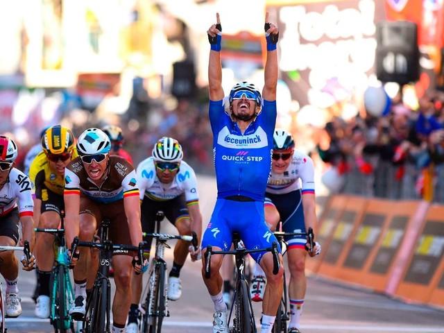 Topfavoriet Alaphilippe wint na fraaie finale Milaan - San Remo