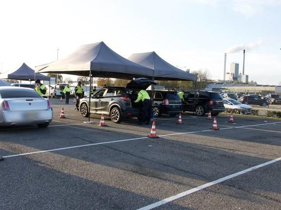 Politie controleert dure auto's en bestelbusjes op industrieterrein in Etten-Leur