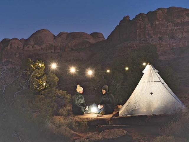 Een lamp voor sfeerverlichting op de camping