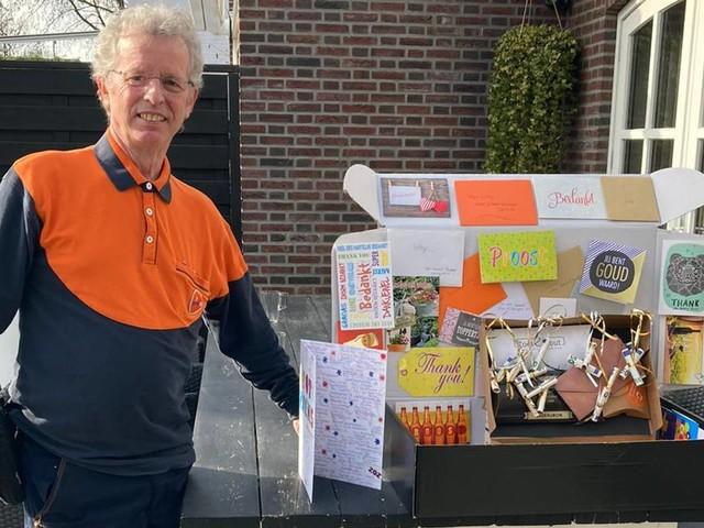 Pakketbezorger Willie overladen met cadeaus: 'Wist niet wat mij overkwam'