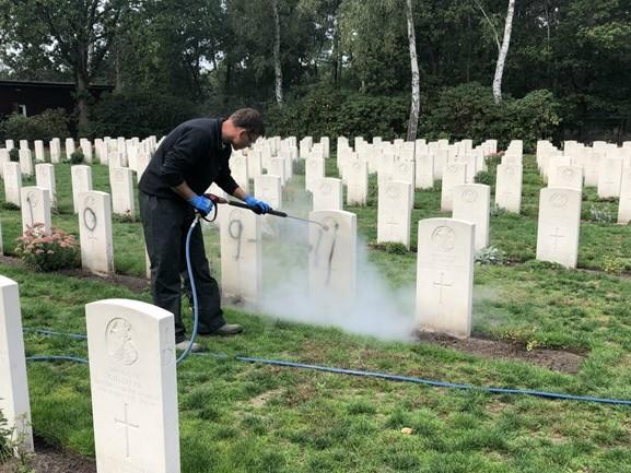 Bekladder van oorlogsgraven zwijgt in eerste verhoren, man is een bekende van de politie