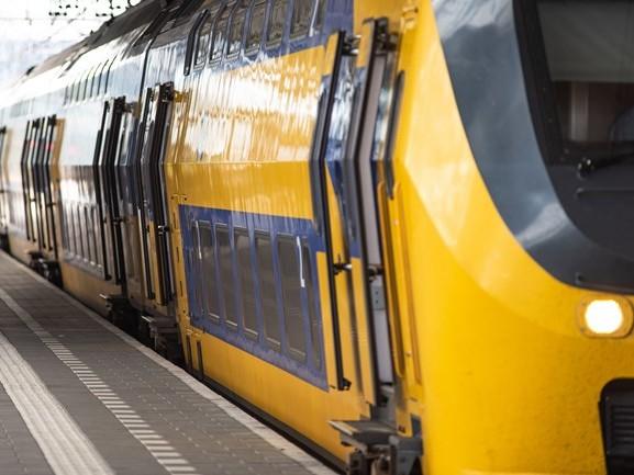 Boosheid in Oisterwijk: tientallen auto's wachten lang voor gesloten spoorbomen door defecte trein