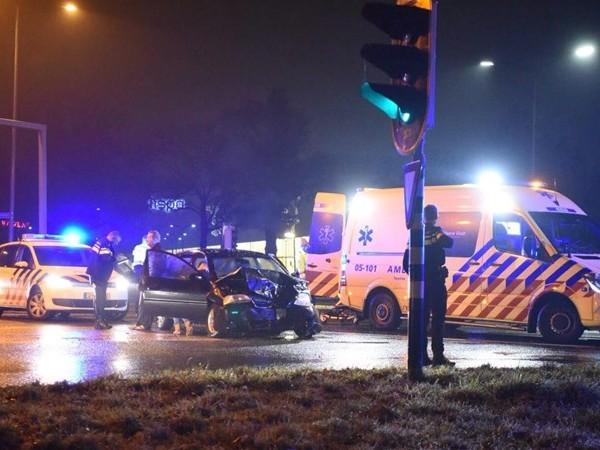 Passagier raakt gewond bij aanrijding tussen twee auto's in Almelo