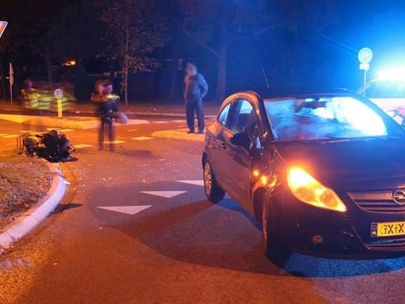 Scooter en auto botsen in Wierden, twee gewonden naar het ziekenhuis