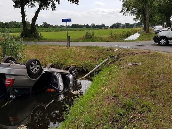 Auto op de kop in sloot bij ongeluk in Staphorst
