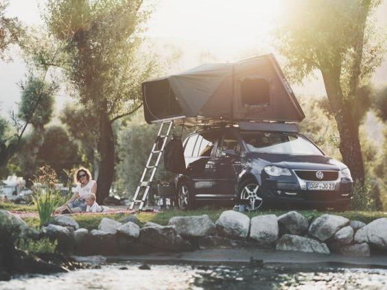 Slapen op het dak van je auto? Hier vind je de antwoorden