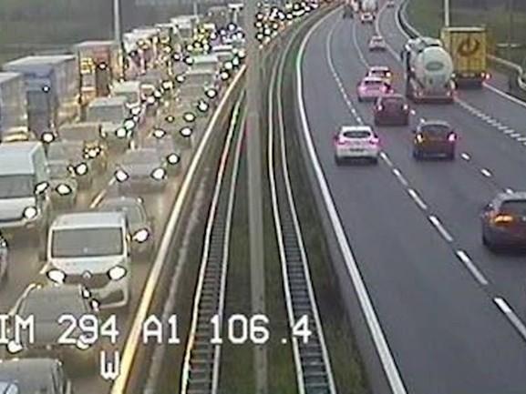 Glas op de A1 bij Bathmen: rijbaan dicht en ruim een uur vertraging