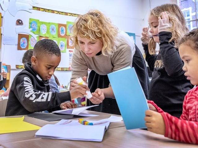 Niet bevoegd, wel bekwaam: lesgevende kunstenaars helpen basisscholen uit de brand