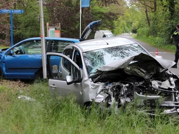 Twee gewonden en auto's in de kreukels bij aanrijding in Holten