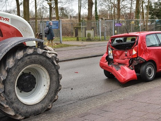 Tractor rijdt kleine auto total loss in Breda