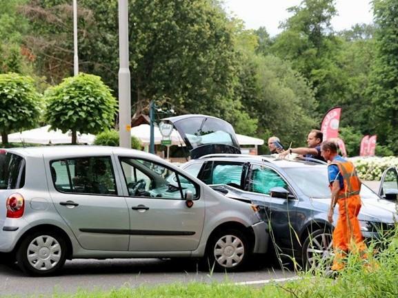 Twee personen gewond en forse schade bij aanrijding De Lutte