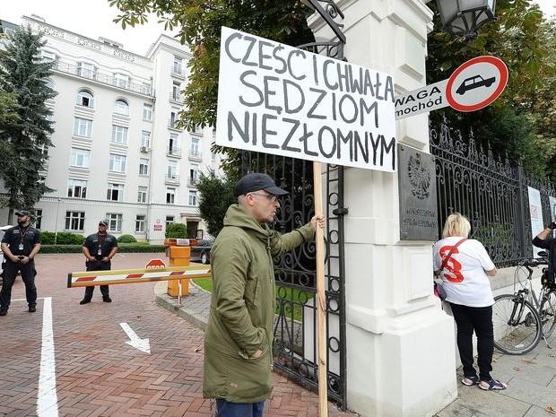 Poolse justitietop zet internettrollen in om rechters onder de duim te krijgen