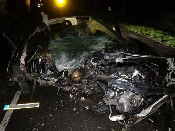 Auto compleet in puin na botsing tegen boom in Staphorst