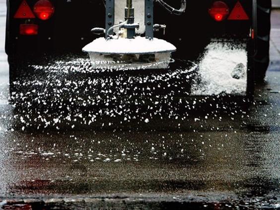 Automobilisten moeten oppassen, KNMI waarschuwt voor lokale gladheid op de wegen
