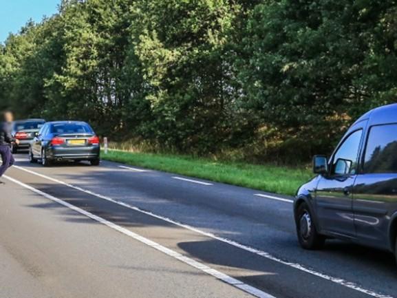 Verwarde man klimt op auto's op N279: 'Hij was echt helemaal de weg kwijt' [VIDEO]