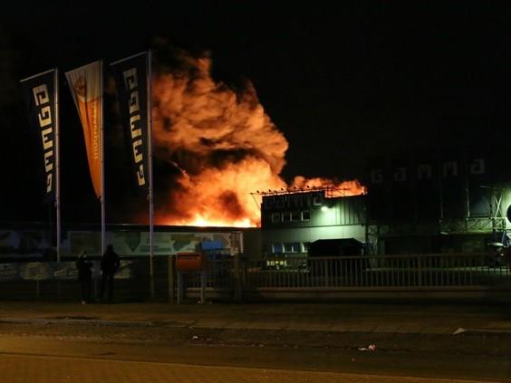 Grote uitslaande brand bij tapijtverkoper in Boxmeer, aantal omwonenden tijdelijk geëvacueerd