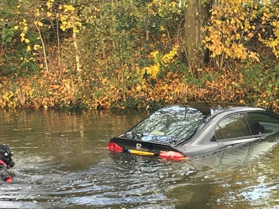 Auto te water in Den Bosch, automobilist naar ziekenhuis