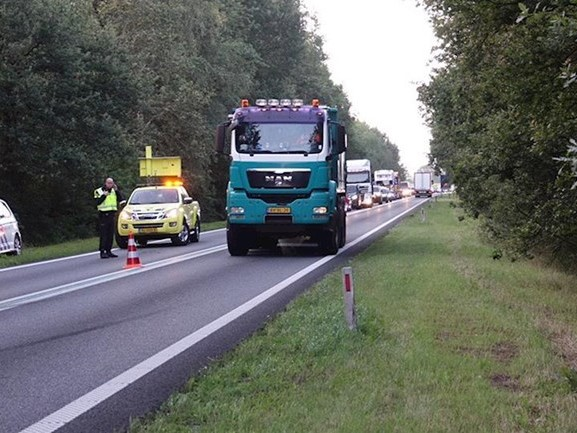 Busje belandt in berm en zorgt voor verkeershinder op N36 bij Diffelen