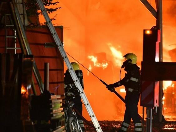 Uitslaande brand in loods Valkenswaard: sluit ramen en deuren