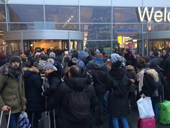 Passagiers klagen over slechte communicatie en onduidelijkheid op Eindhoven Airport na annuleringen
