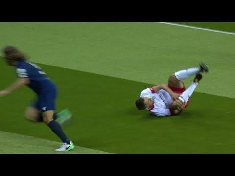 Neville op galatoernooi met de schrik vrij na aanslag Puyol