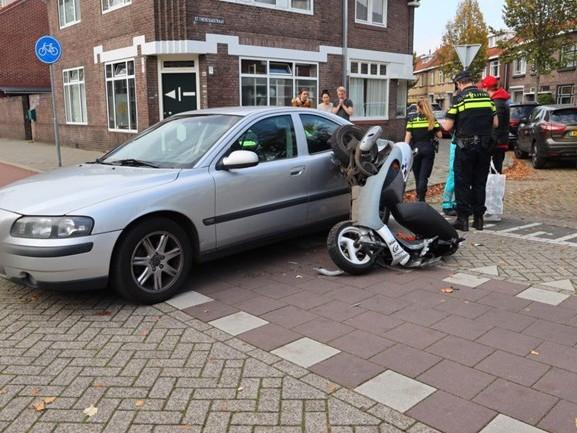 Scooterrijder naar het ziekenhuis na aanrijding met auto