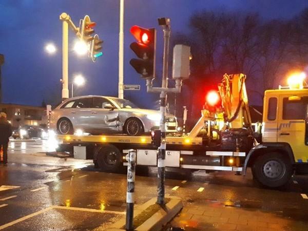 Auto met schade blijft halve dag midden op kruising staan in Almelo