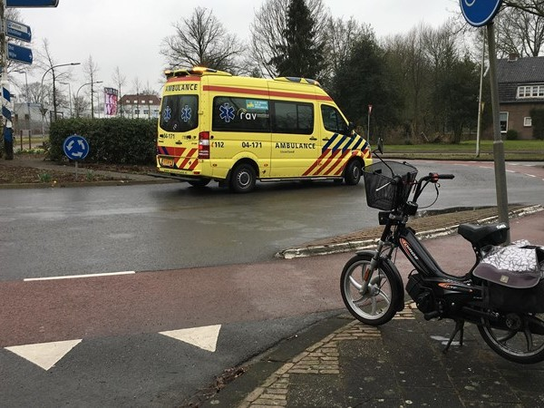 Vrouw op snorfiets gewond na aanrijding met auto in Deventer