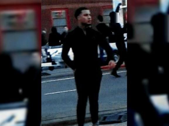 Politie toont nieuwe foto van relschopper die stenen gooide naar Pegida-demonstranten en politie