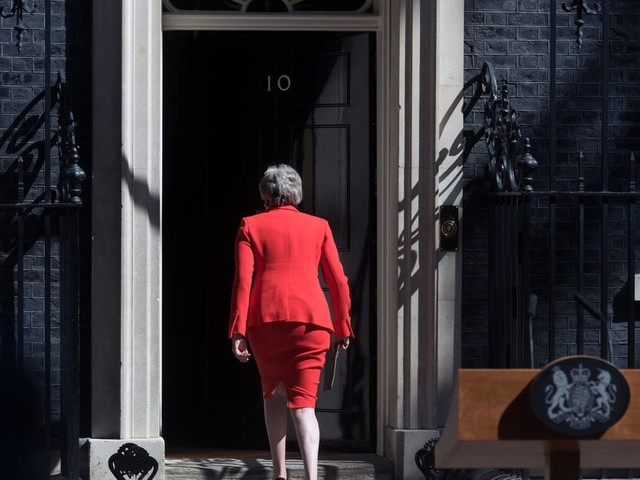 Wie treedt in May's weinig benijdenswaardige voetsporen?